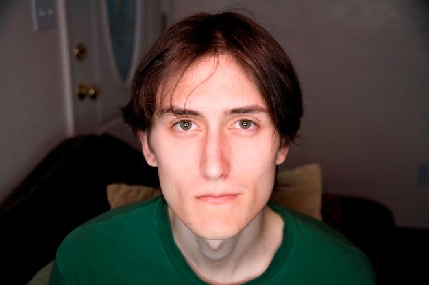 Młody człowiek z zielonym t-shirt Premium Zdjęcia