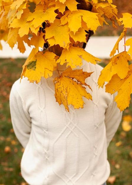 Młody Człowiek Za Jesiennymi Liśćmi Darmowe Zdjęcia