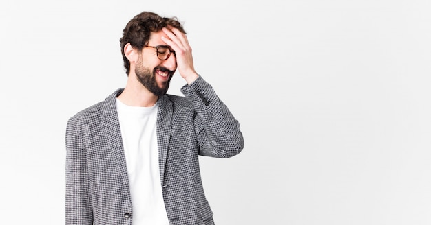 Młody Elegancki Mężczyzna, śmiejąc Się I Bijąc Się W Czoło Premium Zdjęcia