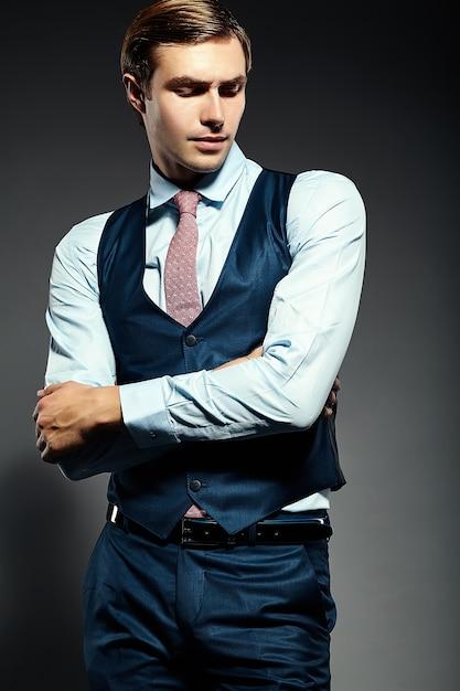 Młody Elegancki Przystojny Biznesmen Model Mężczyzna W Garniturze Darmowe Zdjęcia