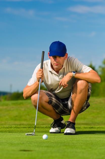 Młody golfista na polu golfowym Premium Zdjęcia