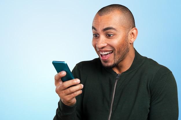 Młody I Czarny Mężczyzna Krzyczy Na Telefon Premium Zdjęcia