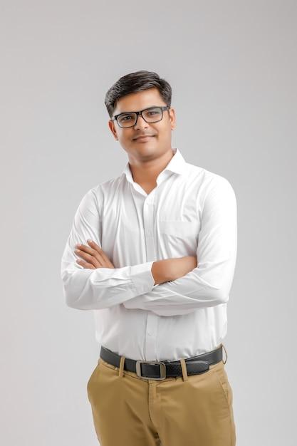 Młody indianin z rękami skrzyżowanymi Premium Zdjęcia