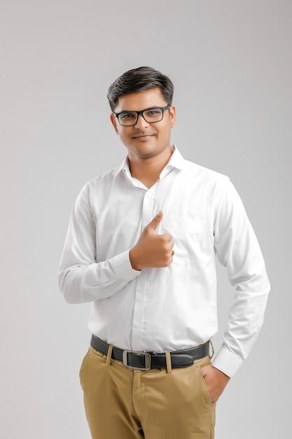 Młody Indyjski Mężczyzna Stoi Kciuk Up I Robi Premium Zdjęcia