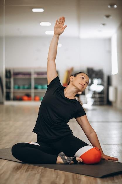 Młody instruktor jogi w centrum fitness Darmowe Zdjęcia