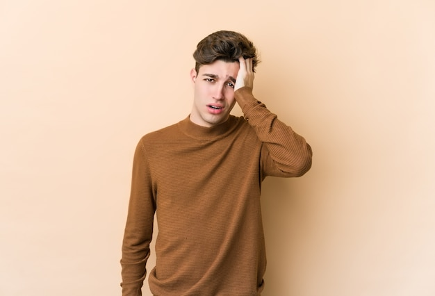 Młody Kaukaski Mężczyzna Zmęczony I Bardzo Senny, Trzymając Rękę Na Głowie. Premium Zdjęcia