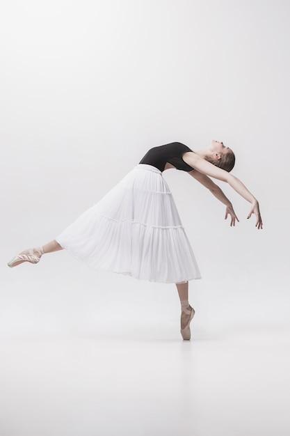 Młody Klasyczny Tancerz Odizolowywający Na Białym Tle. Darmowe Zdjęcia