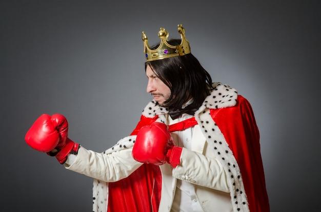 Młody Król Biznesmen W Królewskiej Koncepcji Premium Zdjęcia