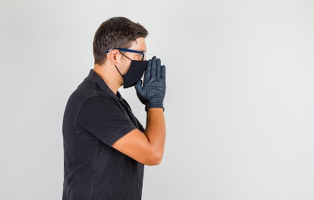 Młody Lekarz Modli Się W Czarnej Koszulce Polo I Wygląda Na Zmartwionego Darmowe Zdjęcia