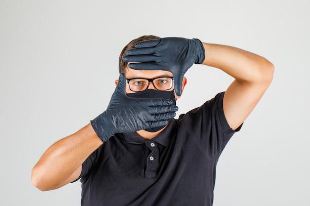 Młody Lekarz Robi Gest Ramy Rękami W Czarnej Koszulce Polo Darmowe Zdjęcia