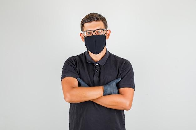 Młody Lekarz W Czarnej Koszulce Polo Skrzyżowanie Ramion I Patrząc Na Kamery I Patrząc Pewnie Darmowe Zdjęcia