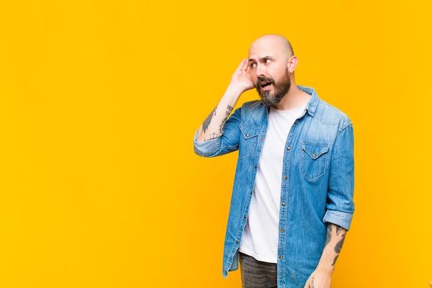 Młody łysy Fajny Mężczyzna Premium Zdjęcia