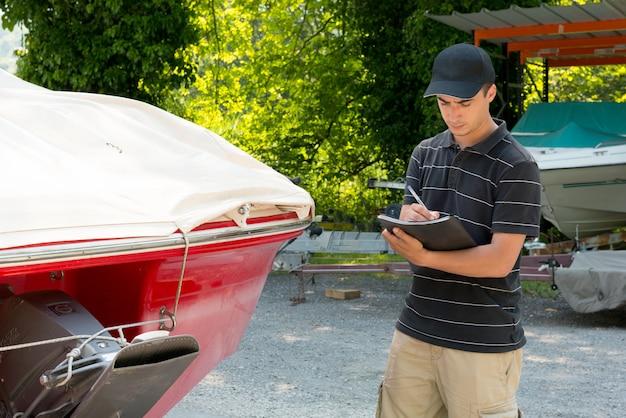 Młody Mechanik Sprawdza Motorową łódź Premium Zdjęcia