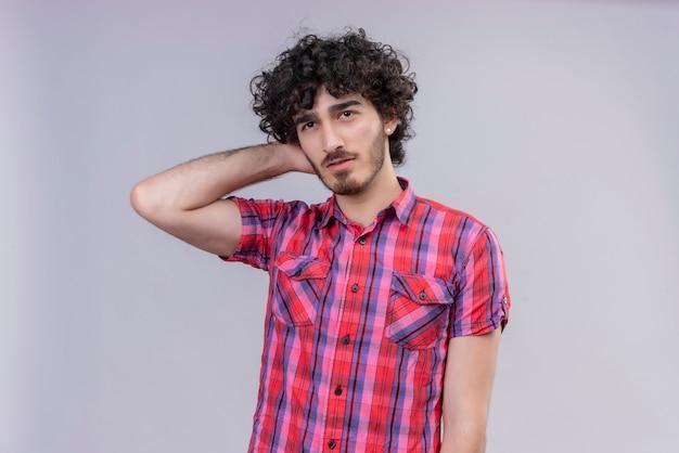 Młody Mężczyzna Kręcone Włosy Na Białym Tle Kolorowa Koszula Ręka Za Szyją Darmowe Zdjęcia