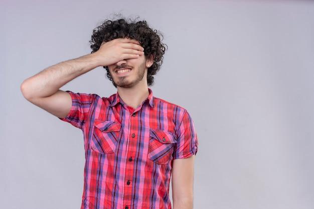 Młody Mężczyzna Kręcone Włosy Na Białym Tle Kolorowe Koszule Przekazują Oczy Darmowe Zdjęcia