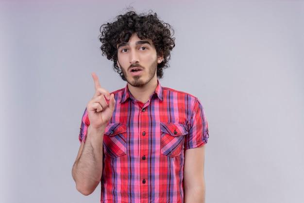 Młody Mężczyzna Kręcone Włosy Na Białym Tle Palca Pomysł Kolorowa Koszula Darmowe Zdjęcia
