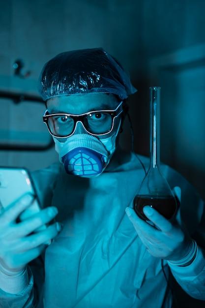 Młody Mężczyzna Naukowiec Przeprowadzający Eksperyment Naukowy Darmowe Zdjęcia