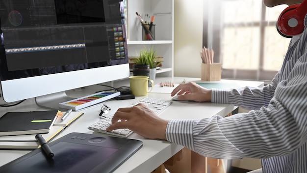Młody Mężczyzna Pracujący Jako Niezależny Montaż Wideo Premium Zdjęcia