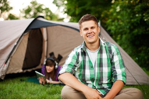 Młody Mężczyzna Siedzi Przed Namiotem Darmowe Zdjęcia