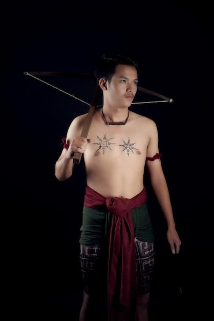 Młody Mężczyzna Tajlandia Wojownik Pozowanie W Pozycji Walki Z Kuszy Darmowe Zdjęcia