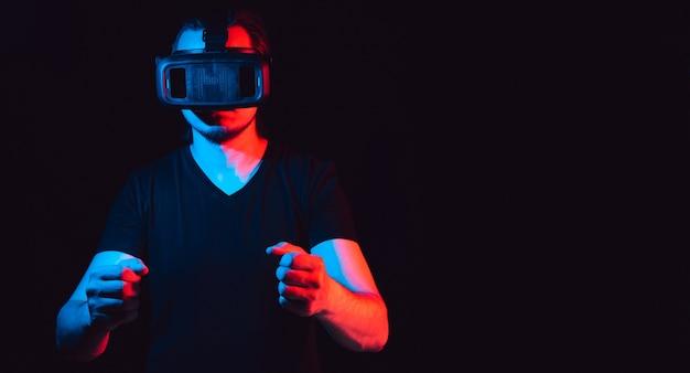 Młody Mężczyzna W Okularach Wirtualnej Rzeczywistości Gra W Gry Wideo. Premium Zdjęcia
