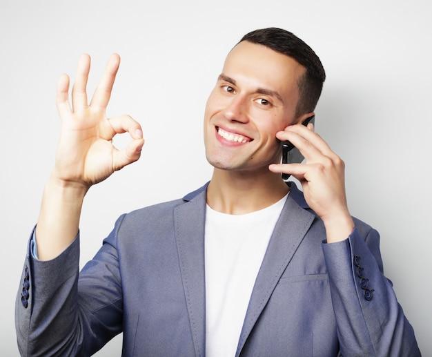 Młody Modny Mężczyzna Rozmawia Przez Telefon Premium Zdjęcia
