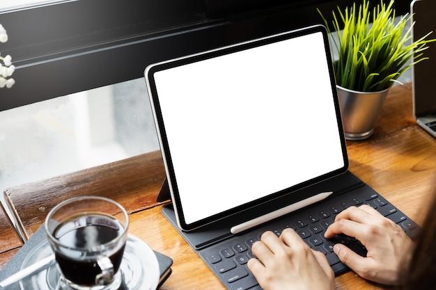 Młody niezależny z makietą pusty ekran tabletu w przestrzeni współpracy. Premium Zdjęcia