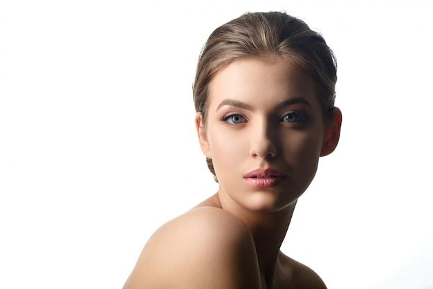 Młody Piękny Kobiety Twarzy Portret Z Zdrową Skórą. Premium Zdjęcia