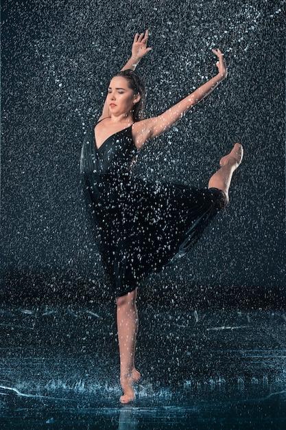 Młody Piękny Nowoczesny Tancerz Tańczący Pod Kroplami Wody Darmowe Zdjęcia