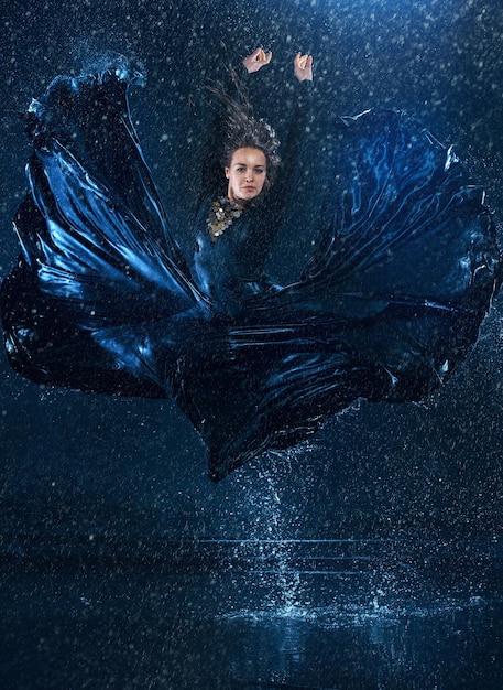 Młody Piękny Nowoczesny Tancerz Tańczy Pod Kroplami Wody Darmowe Zdjęcia