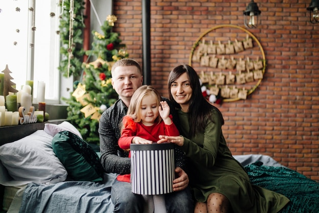 Młody piękny ojciec i matka z dzieckiem Darmowe Zdjęcia