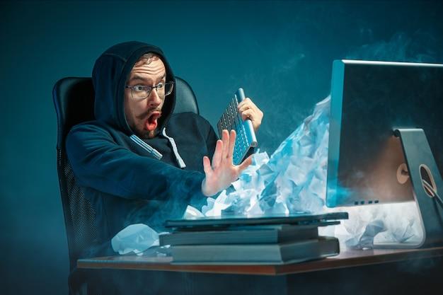 Młody Podkreślił Przystojny Biznesmen Pracujący Przy Biurku W Nowoczesnym Biurze Krzyczy Na Ekranie Laptopa I Jest Zły Na Spam Darmowe Zdjęcia