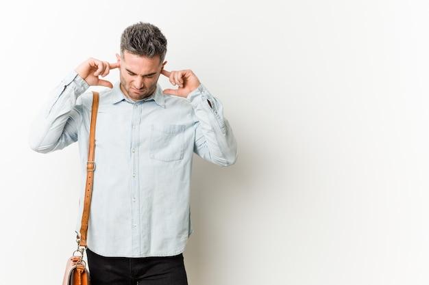 Młody Przystojny Biznesmen Obejmujące Uszy Rękami. Premium Zdjęcia