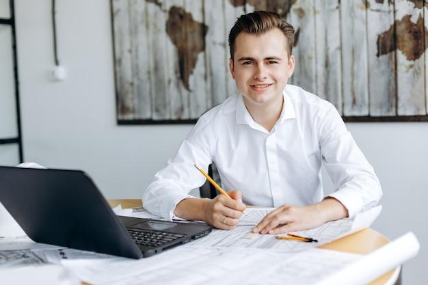 Młody Przystojny Biznesmen Pracuje Przy Biurku W Biurze Premium Zdjęcia