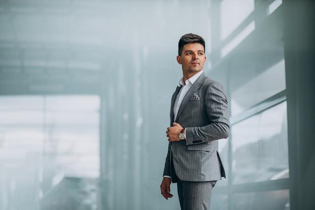 Młody Przystojny Biznesowy Mężczyzna Wybiera Samochód W Samochodowej Sala Wystawowej Darmowe Zdjęcia