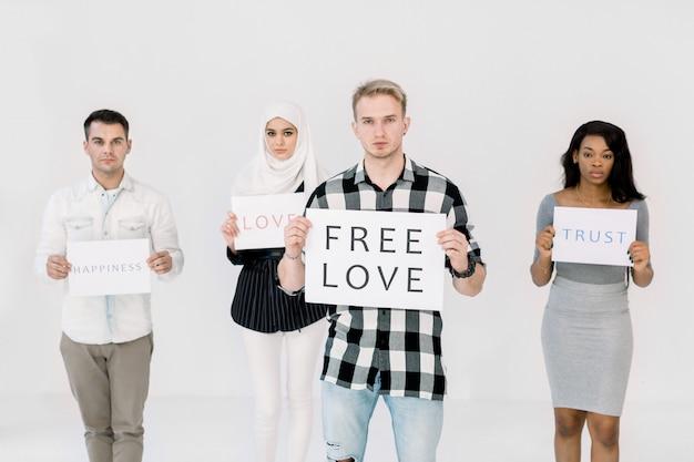 Młody Przystojny Kaukaski Mężczyzna Z Plakatem Na Temat Praw Osób Lgbt, Wolnej Miłości Premium Zdjęcia