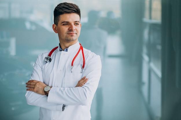 Młody Przystojny Lekarz W Medycznej Szacie Z Stetoskopem Darmowe Zdjęcia