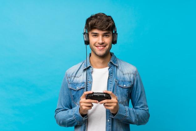 Młody przystojny mężczyzna gra w gry wideo Premium Zdjęcia