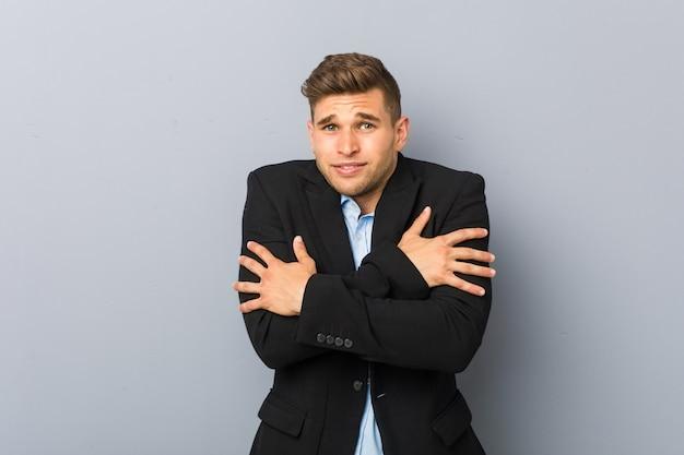 Młody Przystojny Mężczyzna Idzie Zimno Z Powodu Niskiej Temperatury Premium Zdjęcia