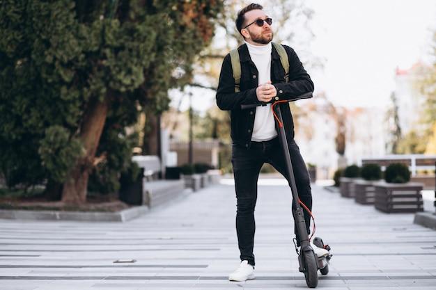Młody Przystojny Mężczyzna Jedzie Na Hulajnoga W Parku Darmowe Zdjęcia