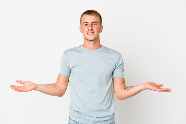 Młody Przystojny Mężczyzna Kaukaski Pokazując Mile Widziane Wyrażenie. Premium Zdjęcia