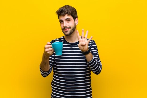 Młody Przystojny Mężczyzna Ma Kawę Premium Zdjęcia