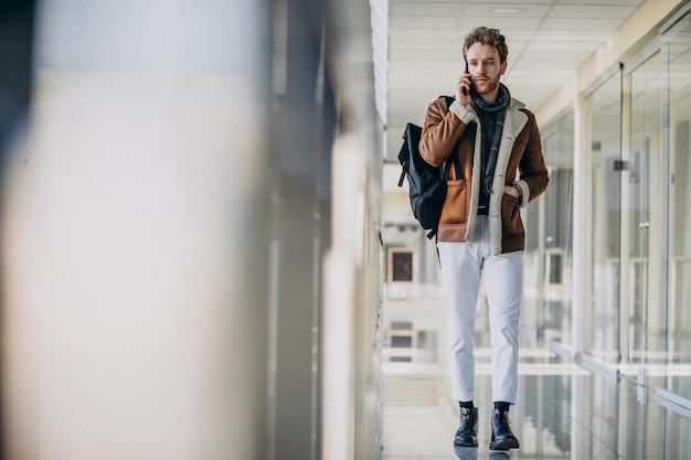 Młody Przystojny Mężczyzna Na Lotnisku Rozmawia Przez Telefon Darmowe Zdjęcia
