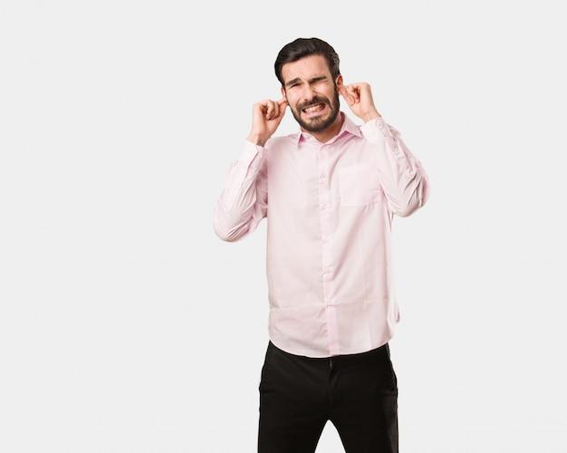 Młody Przystojny Mężczyzna Obejmujące Uszy Rękami Premium Zdjęcia