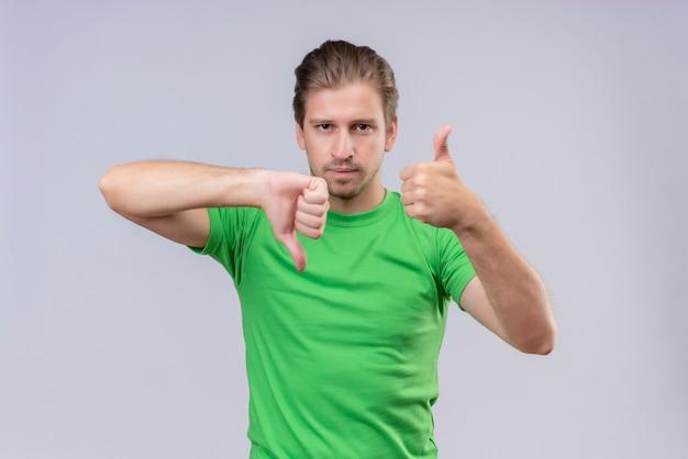 Młody Przystojny Mężczyzna Ubrany W Zielony T-shirt Z Poważnym Wyrazem Twarzy Darmowe Zdjęcia