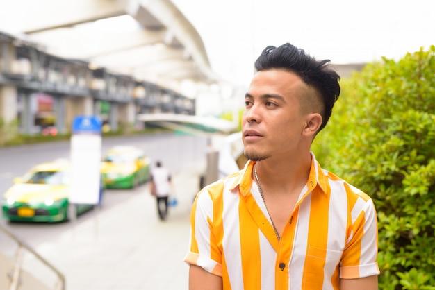 Młody Przystojny Wielu Etnicznych Człowiek Myśli Na Ulicach Miasta Premium Zdjęcia