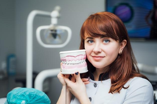 Młody Rudy Dentysta W Klinice Premium Zdjęcia
