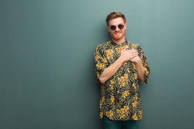 Młody Rudzielec Mężczyzna Jest Ubranym Egzotycznego Lato Odziewa Robić Romantycznemu Gestowi Premium Zdjęcia
