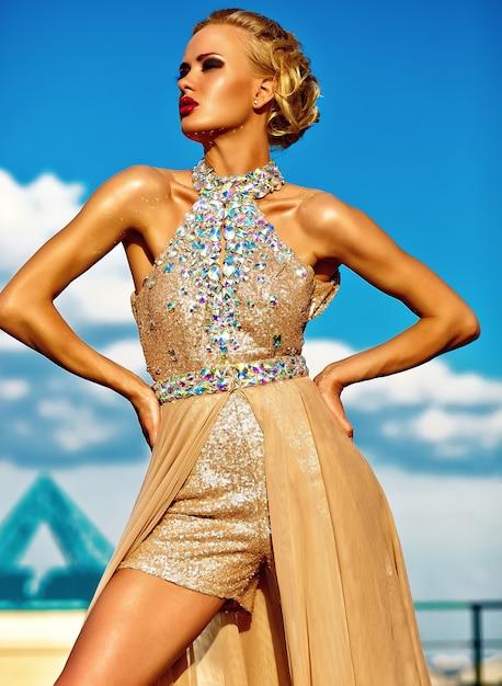 Młody Seksowny Blond Kobieta Model W Wieczór Koloru żółtego Sukni Pozuje Na Niebieskiego Nieba Tle Darmowe Zdjęcia