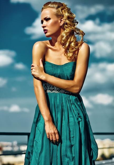Młody Seksowny Blond Kobieta Model W Wieczór Sukni Pozuje Na Niebieskie Niebo ścianie Darmowe Zdjęcia